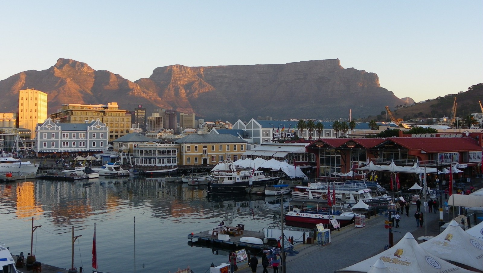 Our Cape Town City Day Tour includes the highlights of iconic Table Mountain, one of the 7 natural wonders of the world, as well as the popular and vibrant Cape Town Waterfront